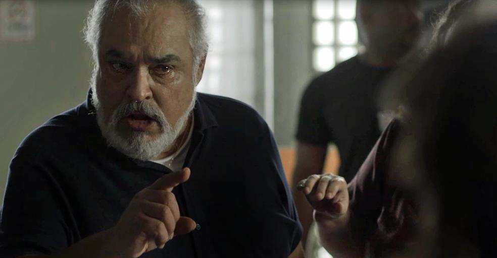 Agenor joga toda a sua fúria para cima da policial (Foto: TV Globo)