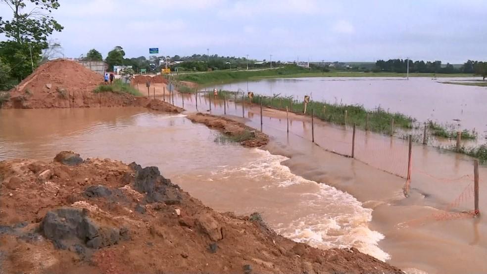 Rio Itapemirim toma conta de estrada no Sul do Espírito Santo (Foto: Reprodução/ TV Gazeta)