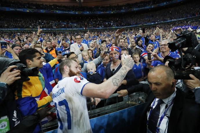 Aron Gunnarsson na torcida Islândia x França (Foto: Reuters)