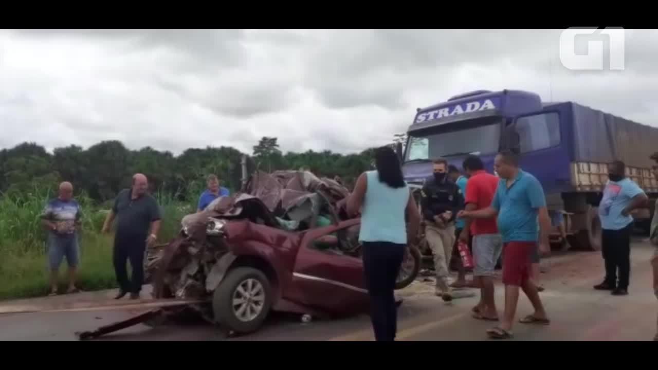 Bebê de seis meses morre após colisão envolvendo carro e duas carretas na BR-364