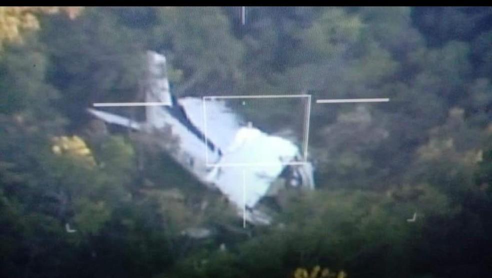Avião de pequeno porte caiu na Serra do Mangaval; piloto e copiloto foram resgatados com vida após 4 dias do acidente ? Foto: FAB/Divulgação