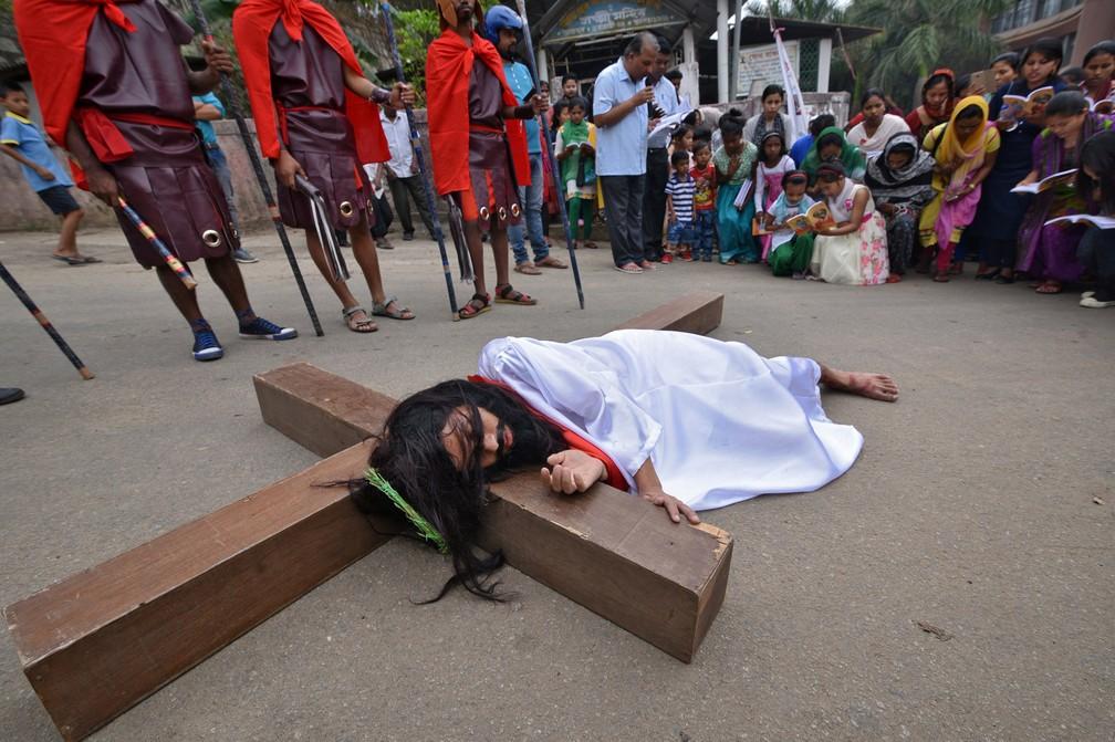 Encenação da crucificação de Jesus Cristo marca celebração da Sexta-feira Santa em Guwahati, na Índia (Foto: REUTERS/Anuwar Hazarika)
