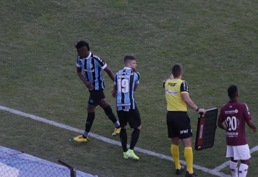 Cortez foi substituído por Caio Henrique na derrota por 1 a 0 para o Caxias — Foto: Lucas Bubols/GloboEsporte.com