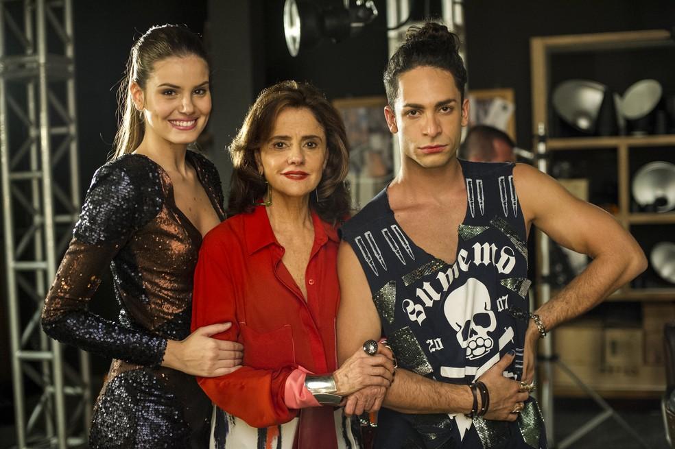 Angel (Camila Queiroz), Fanny (Marieta Severo) e Visky (Rainer Cadete) em 'Verdades Secretas', exibida em 2015 — Foto: Estevam Avellar/Globo