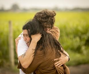 Chay Suede e Adriana Esteves em cena de 'Amor de mãe' | Reprodução