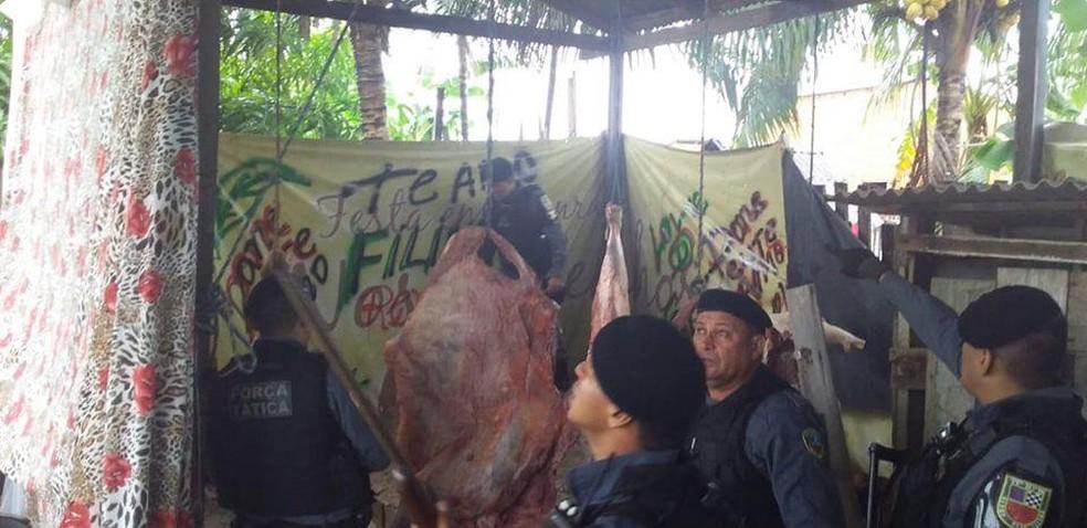 Policiais encontraram carnes penduradas em espécie de mostruário improvisado — Foto: Divulgação/Polícia Militar