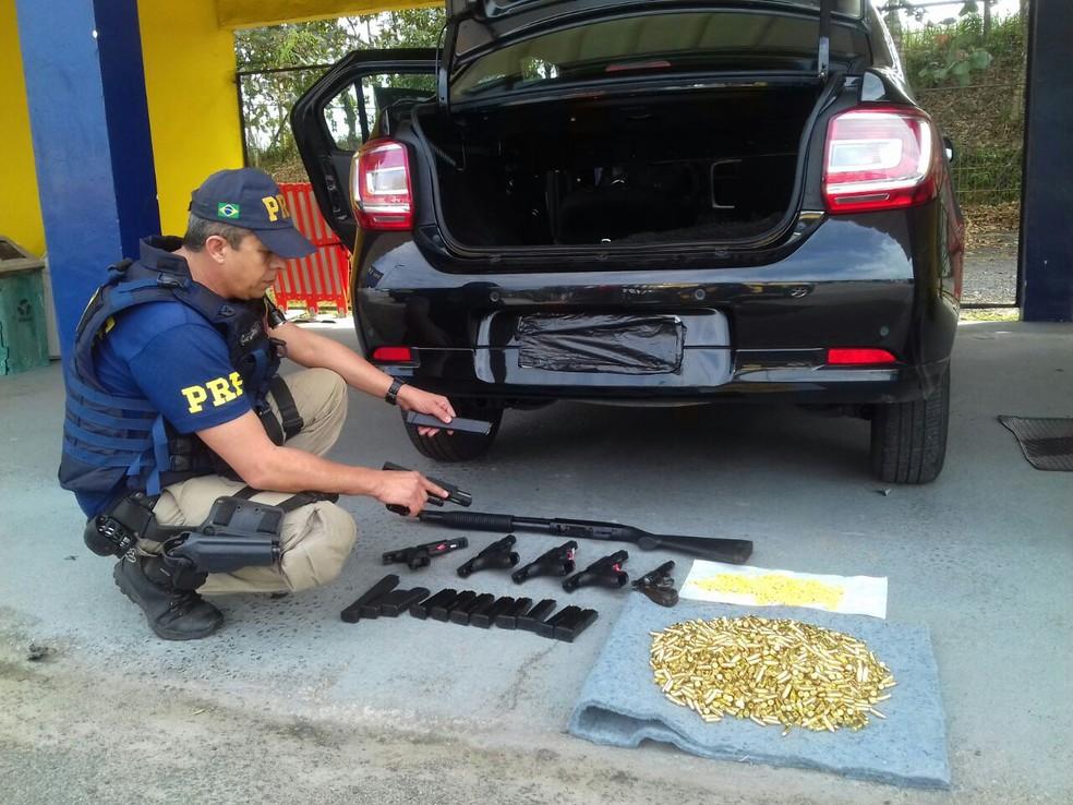 Armas e drogas foram localizadas em carro em Registro, SP (Foto: Divulgação/Polícia Rodoviária Federal)