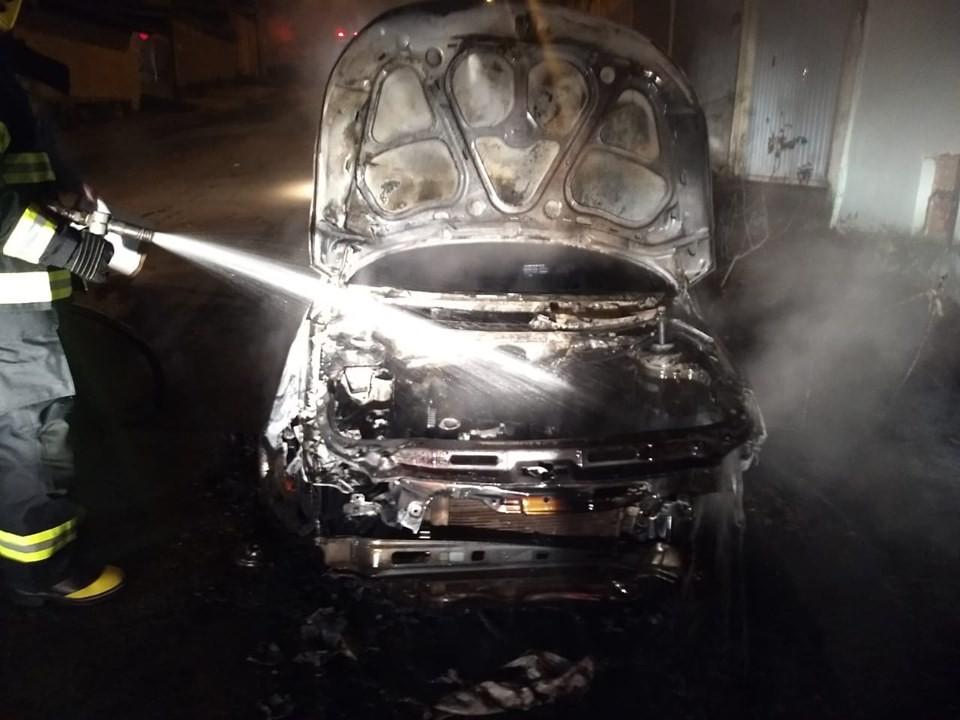 Carro estacionado em rua fica destruído após incêndio em Guaranésia, MG - Notícias - Plantão Diário