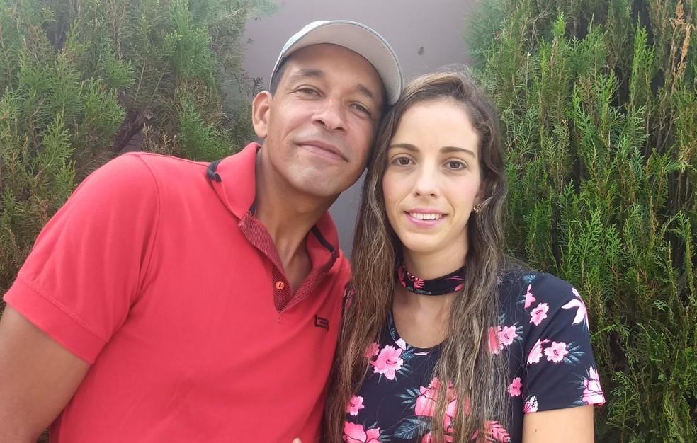 Casal de surdos, Patrick e Raquel, teve atendimento especial por médico que sabia usar a Libras em Italva, no RJ — Foto: Rilva Oliveira/Arquivo pessoal