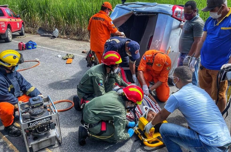 Resgate de ferido em acidente na AL-101 Norte — Foto: Divulgação/Corpo de Bombeiros de Alagoas