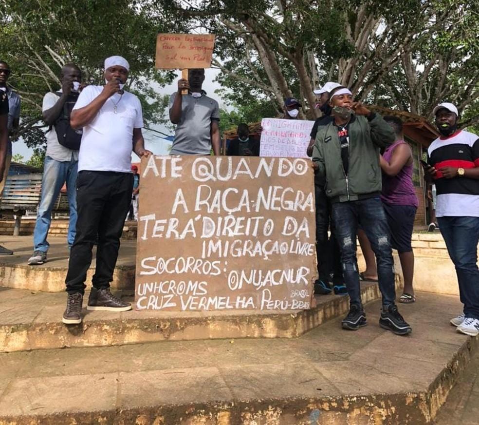 Imigrantes fizeram protesto em frente à Prefeitura de Assis Brasil pedindo abertura da ponte — Foto: Arquivo/Prefeitura
