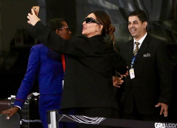 Sabrina Sato faz selfies com funcionários de companhia aérea (Foto: Manuela Scarpa/Brazil News)