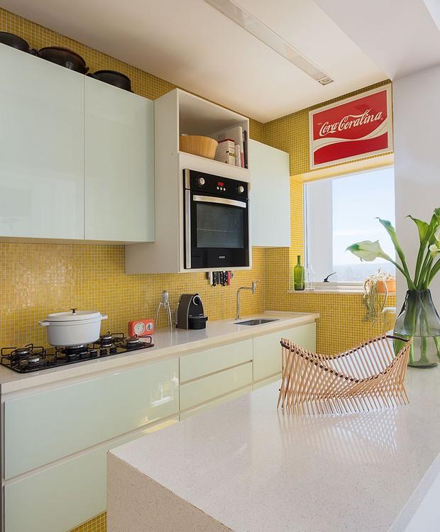 A caixa amarela, o ambiente mais solar da cobertura, abriga a cozinha. Na parede, a tela homenageia a poetisa goiana Cora Coralina (Foto: Paulo Rezende)