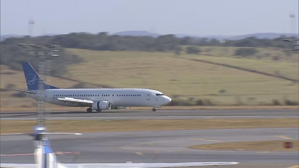 Avião fretado trouxe 30 brasileiros deportados dos Estados Unidos até Confins, na Grande BH. Pouso foi às 15h45 desta sexta-feira (21). — Foto: TV Globo