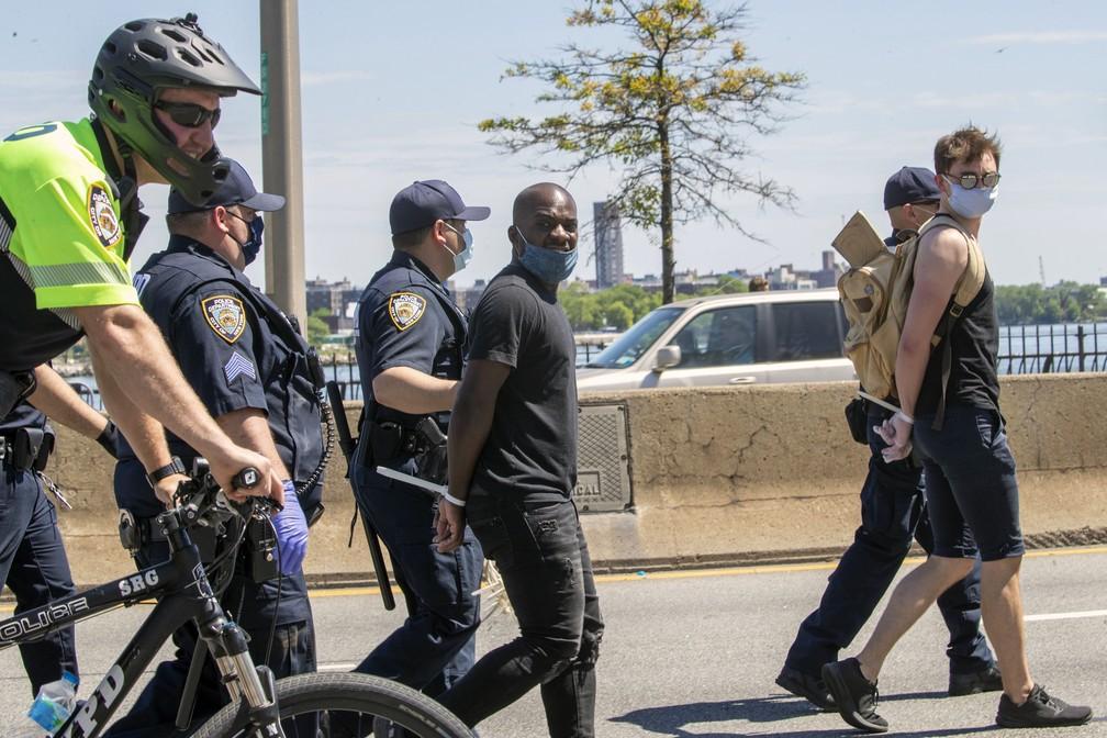 Manifestantes são presos por bloquearem o trânsito em Nova York durante manifestações nos EUA neste sábado (30) contra morte de George Floyd — Foto: Mary Altaffer/AP Photo