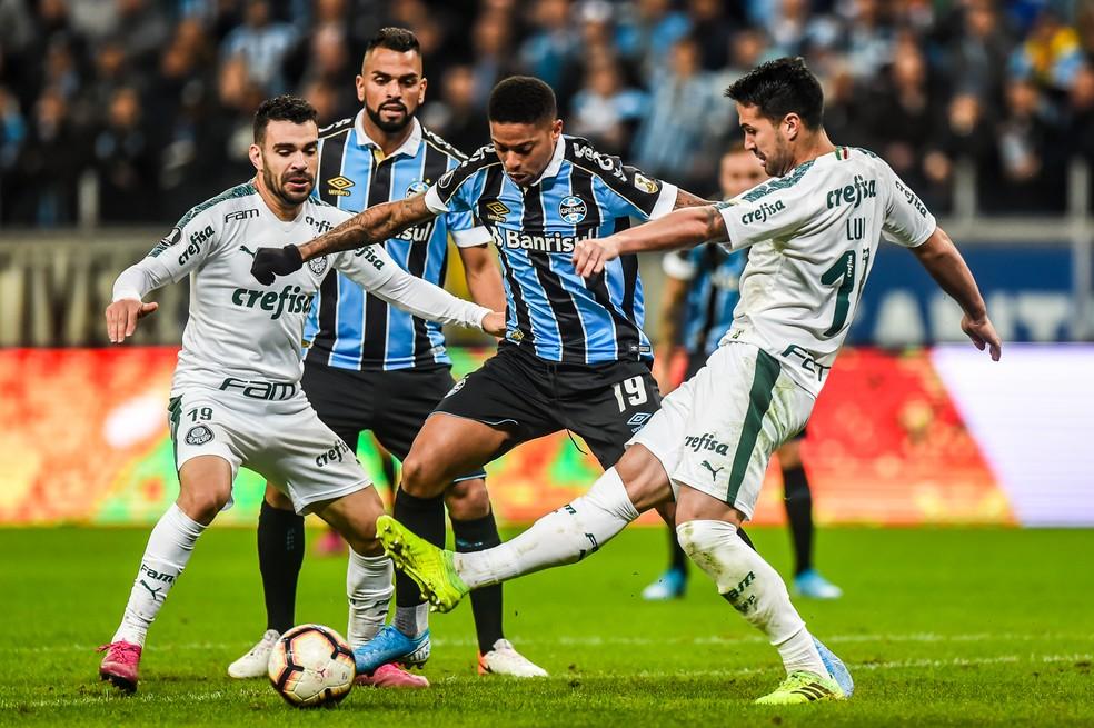 Ataque do Grêmio teve pouquíssimo espaço — Foto: Vinícius Costa/BP Filmes
