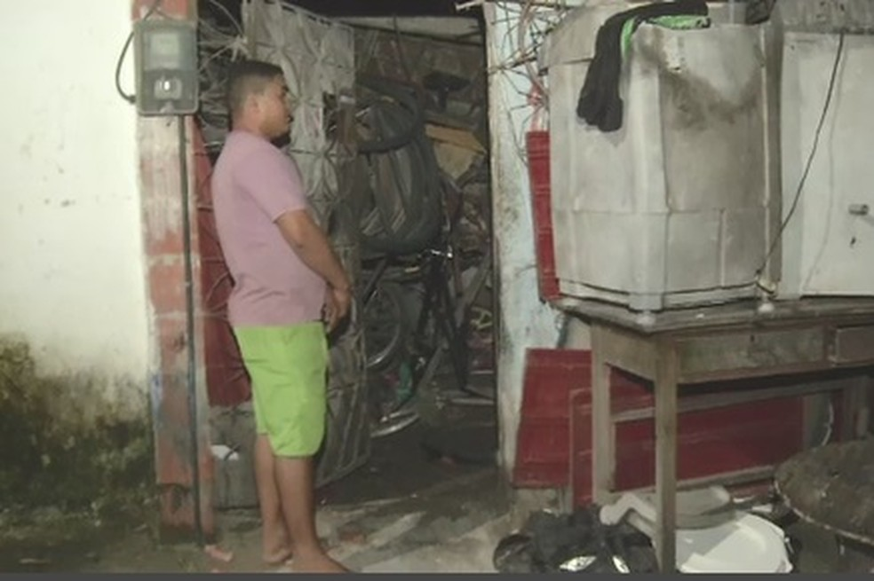 Morador voltou para ver o que havia sido destruído na residência que fica próxima ao prédio. — Foto: Reprodução/TV Diário