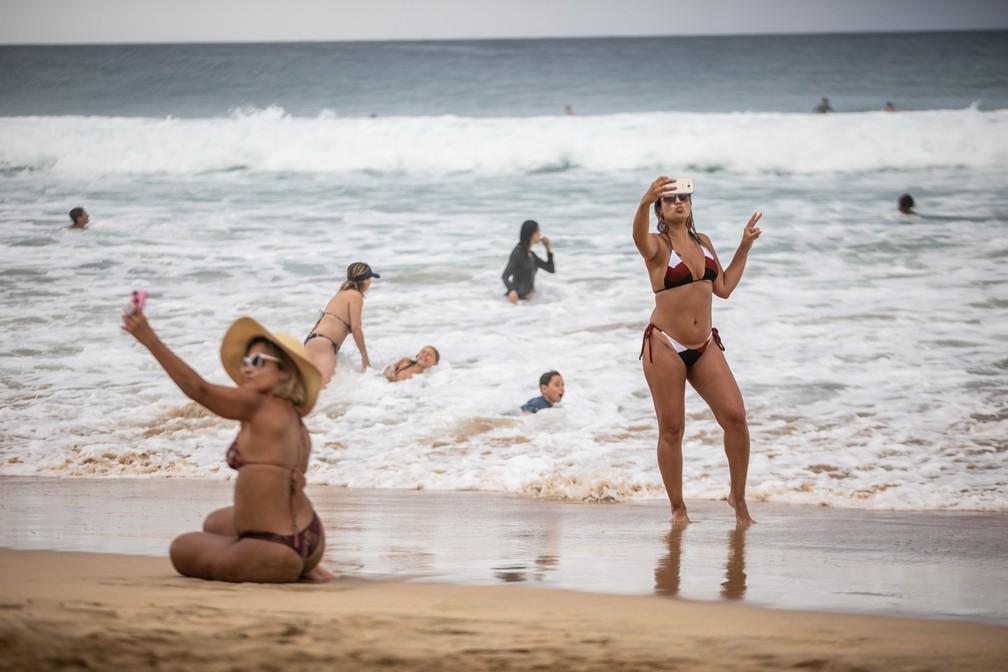 Turistas fazem selfie em praia de Fernando de Noronha — Foto: Fábio Tito/G1