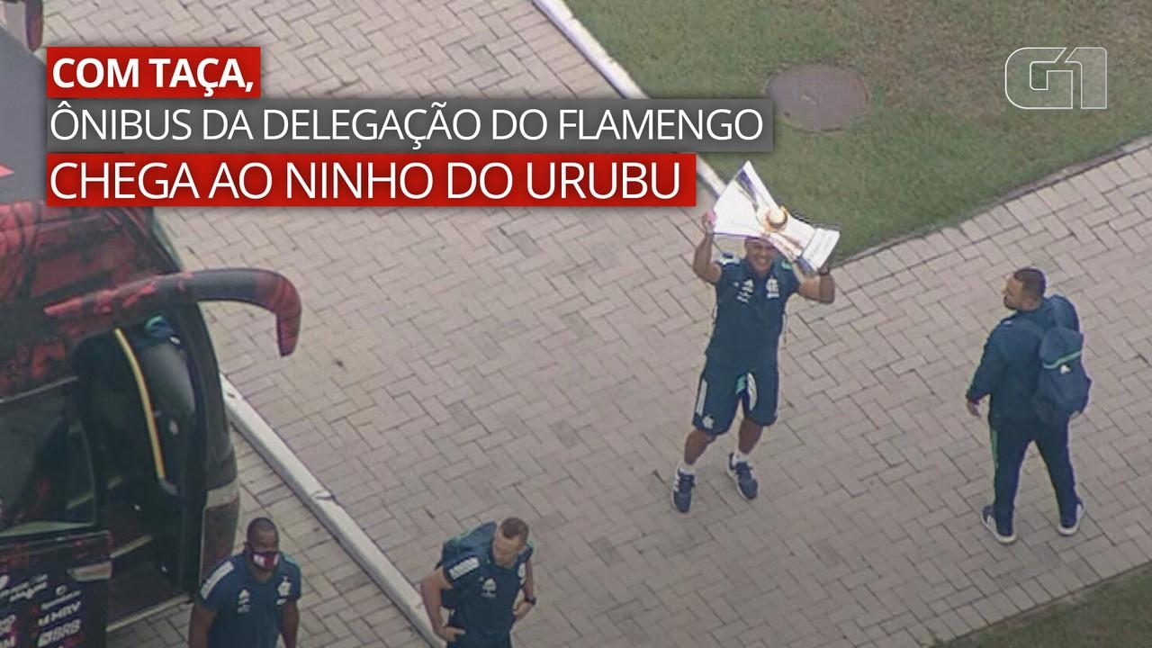 VÍDEO: Com taça, ônibus da delegação do Flamengo chega ao Ninho do Urubu