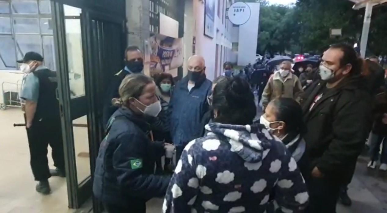 Volta da aplicação da 2ª dose da CoronaVac gera confusão em postos de saúde de Porto Alegre