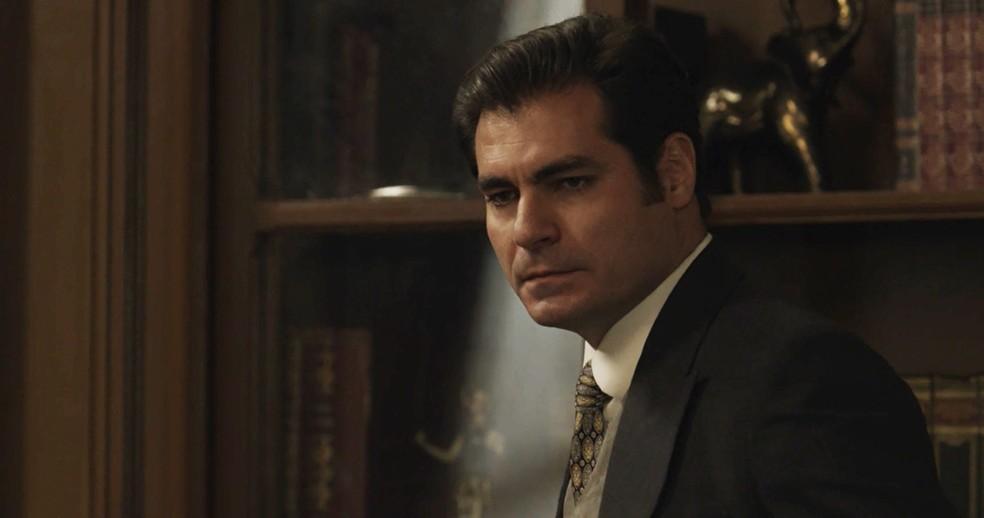 Sem querer, Darcy descobre sobre carta a Elisabeta (Foto: TV Globo)