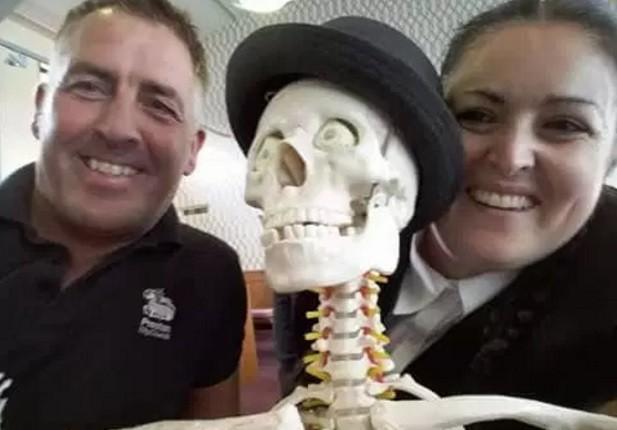 Funcionários posam com o 'convidado' para o funeral