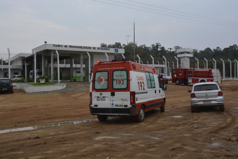 Corpo de Bombeiros e o Serviço de Atendimento Móvel de Urgência (Samu) também foram chamados para dar apoio no local (Foto: Diêgo Holanda/G1)