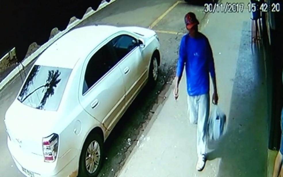 Boné usado pelo suspeito antes do crime foi deixado no carro do taxista (Foto: TV Anhanguera/ Reprodução)