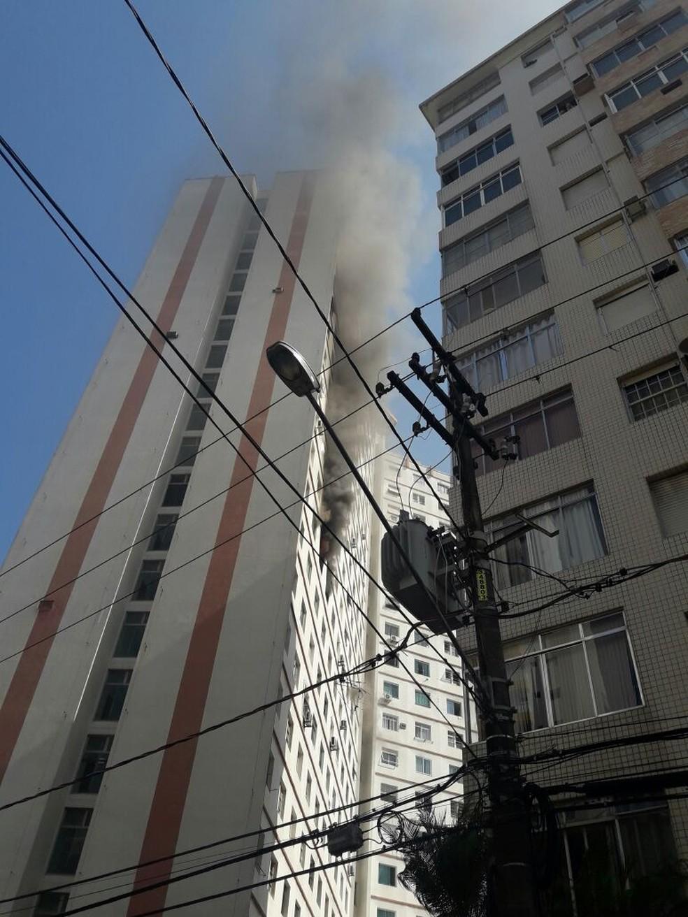 Incêndio atingiu apartamento em condomínio em frente à praia de Santos, SP (Foto: Claudete Oliveira/VC no G1)