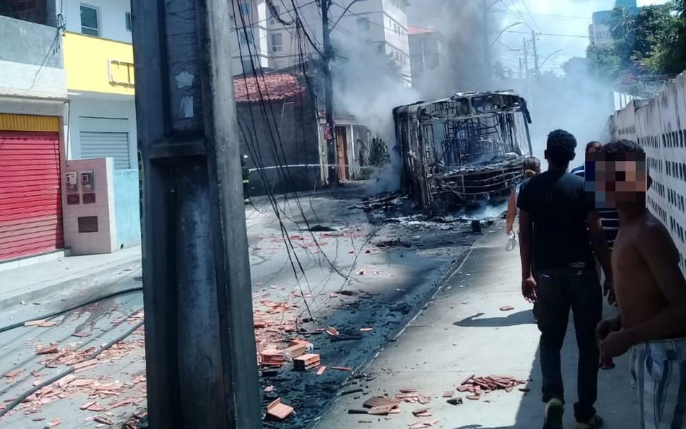 Populares incendiaram veículo após morte de jovem no Jardim das Margaridas — Foto: Arquivo pessoal