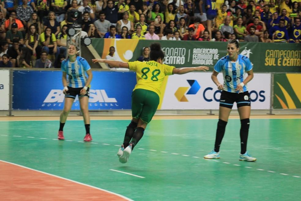 Ponteira Mariana Costa foi a artilheira da competição, com 25 gols — Foto: Denison Roma/GloboEsporte.com
