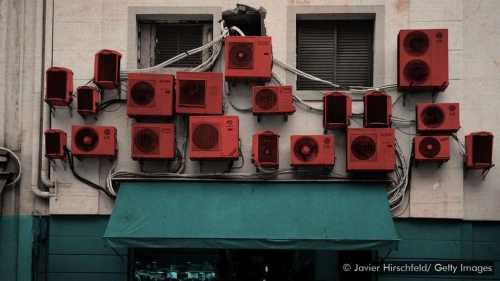 A maneira como você se desfaz de eletrodomésticos e aparelhos de ar-condicionado antigos pode ter um grande impacto no aquecimento global — Foto: Javier Hirschfeld/Getty Images via BBC