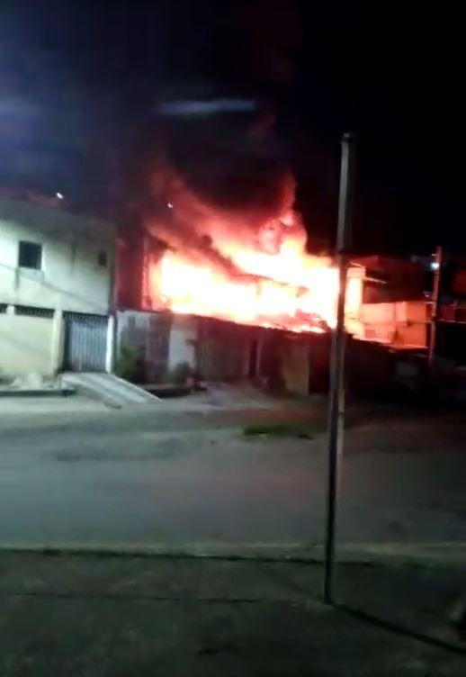 Incêndio atinge três casas e deixa família desabrigada em BH