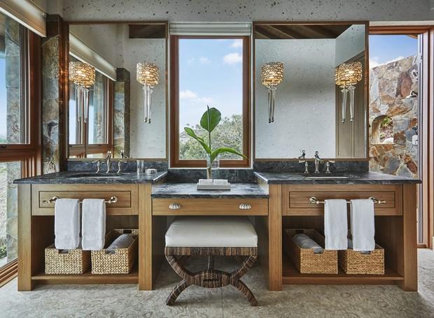 Um banco ou poltrona do banheiro vai fazer com que o ambiente se pareça com um spa (Foto: Oil Nut Bay/ Reprodução)