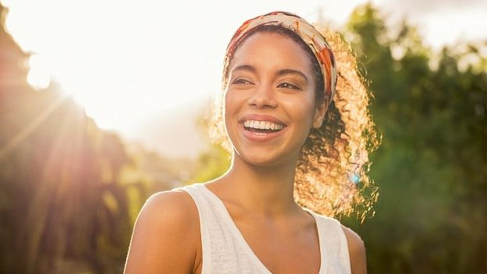 A luz também aumenta os níveis de serotonina, o que nos faz sentir mais felizes — Foto: Getty Images via BBC