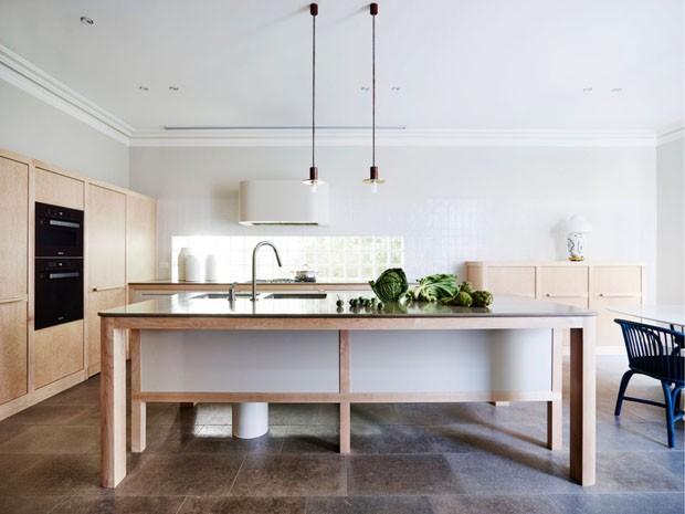 Décor do dia: cozinha planejada e integrada em tons claros (Foto: SJB / Divulgação)