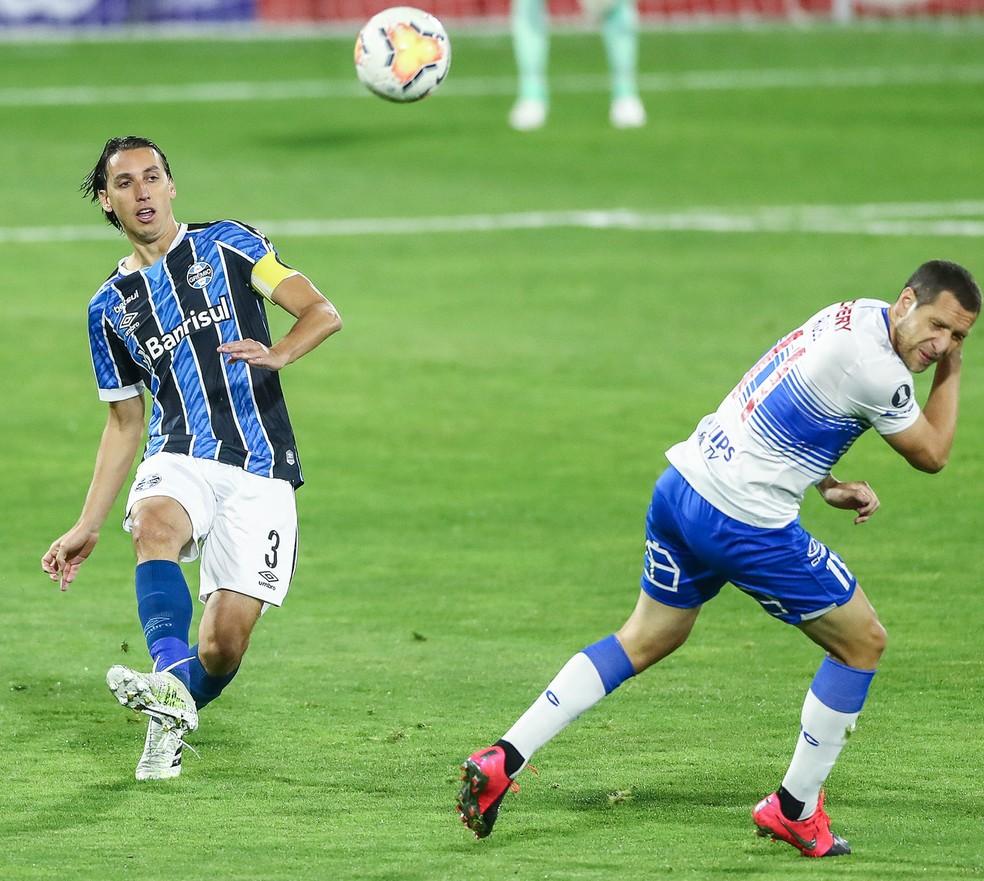 Geromel saiu lesionado na derrota para a Universidad Católica — Foto: Lucas Uebel/Divulgação Grêmio