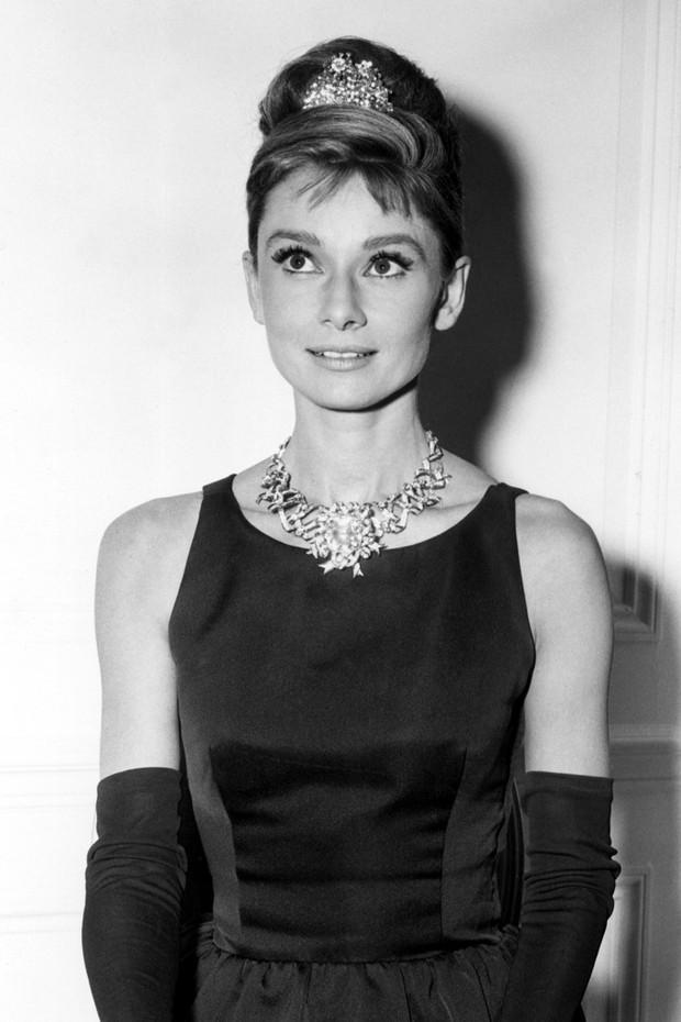 Audrey Hepburn usa joias Tiffany  (Foto: Divulgação)