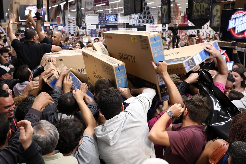 Black Friday: consumidores lutam para comprar TV na abertura de hipermercado em São Paulo na Black Friday de 2017 — Foto: Celso Tavares/G1
