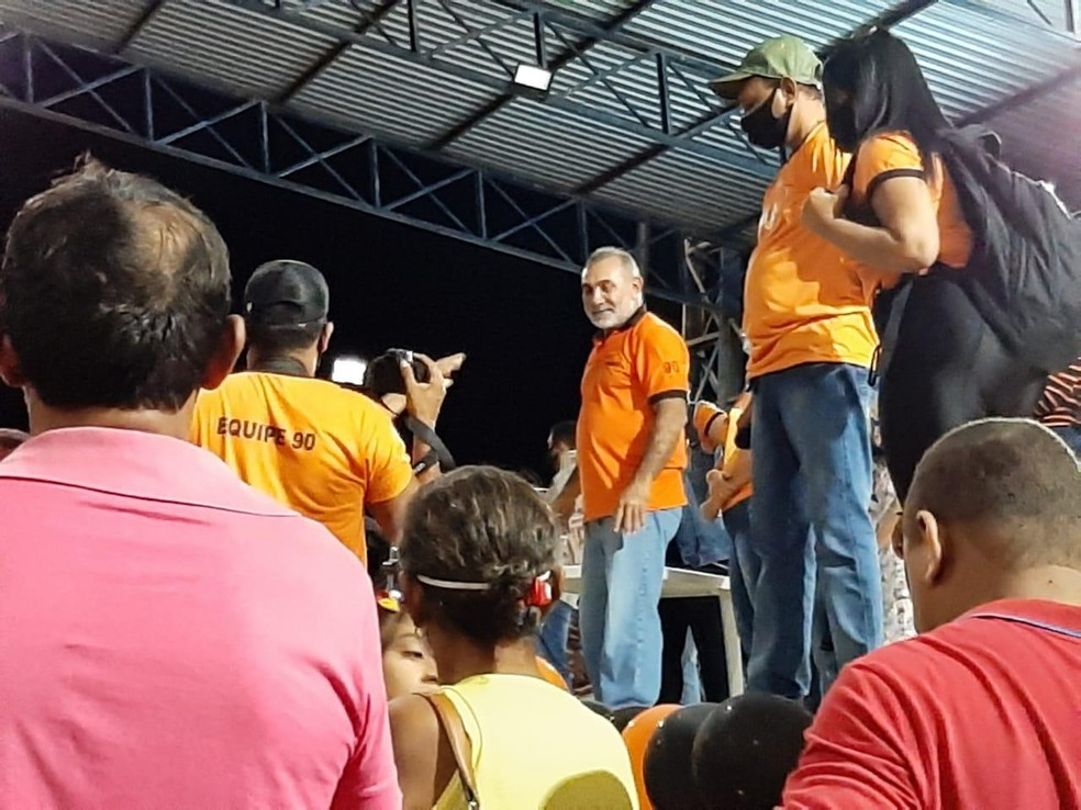 Senador Telmário Mota em discurso durante festa com aglomeração — Foto: Anderson Santos