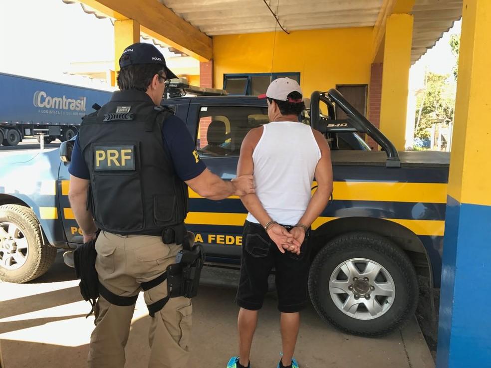 Homem foi preso no Posto da Polícia Rodoviária Federal na BR-251 (Foto: PRF/Divulgação)