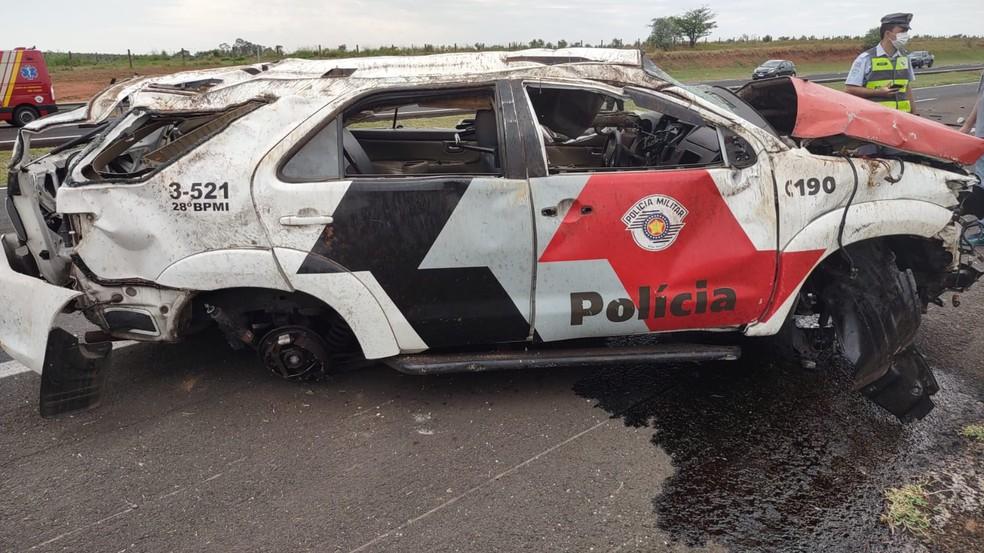 Viatura da Polícia Militar capotou na Rodovia Marechal Rondon, na manhã deste sábado (9)  — Foto: Polícia Militar Rodoviária /Divulgação