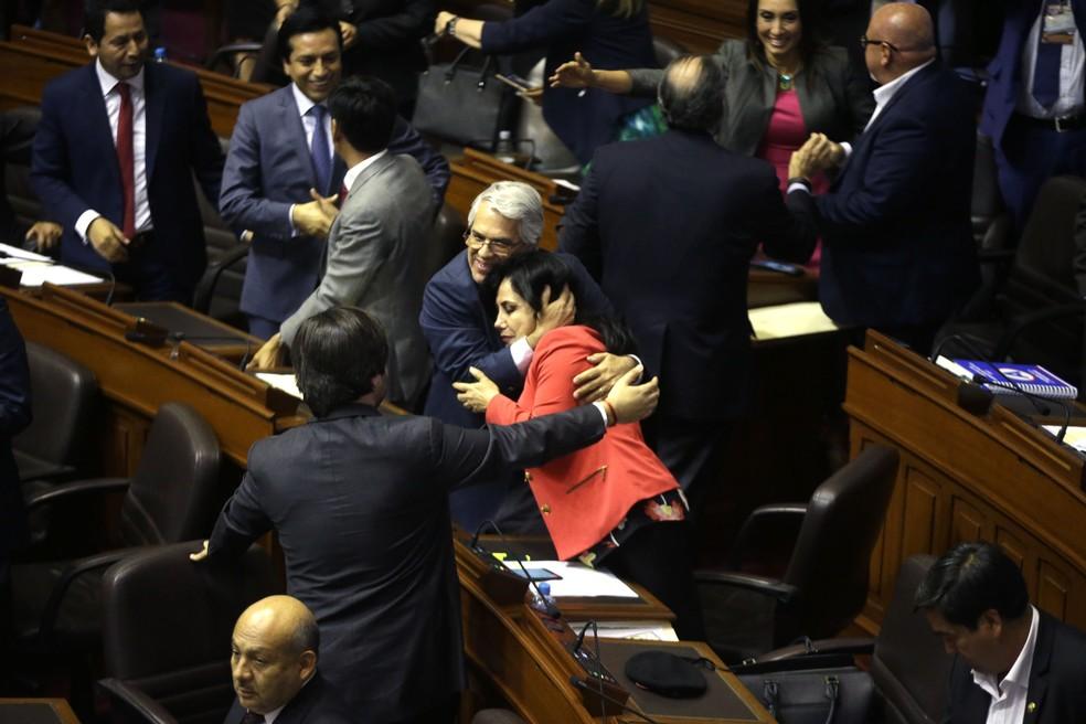 Governistas comemoram permanência do presidente peruano no cargo após mais de 14 horas de sessão para votar tentativa de impeachment (Foto: AP Photo/Martin Mejia)