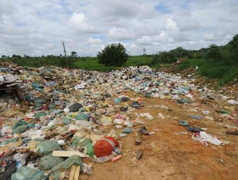 Lixão de Xapuri tem descartes irregulares de hospitais e residências da cidade — Foto: Arquivo/Ministério Público do Acre