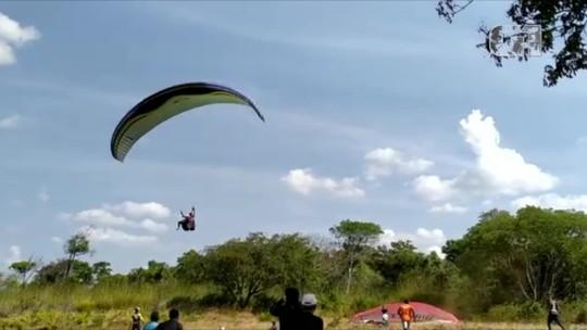 Vídeo mostra momento em que parapente despenca do céu e atletas atingem o chão