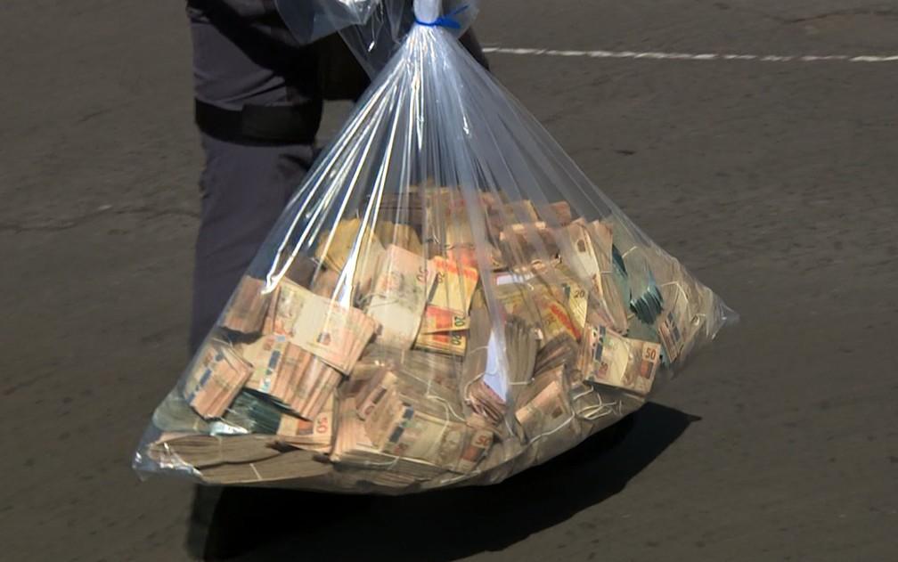 Saco com dinheiro apreendido pela Operação Ouro Verde, em Campinas   (Foto: Reprodução EPTV)