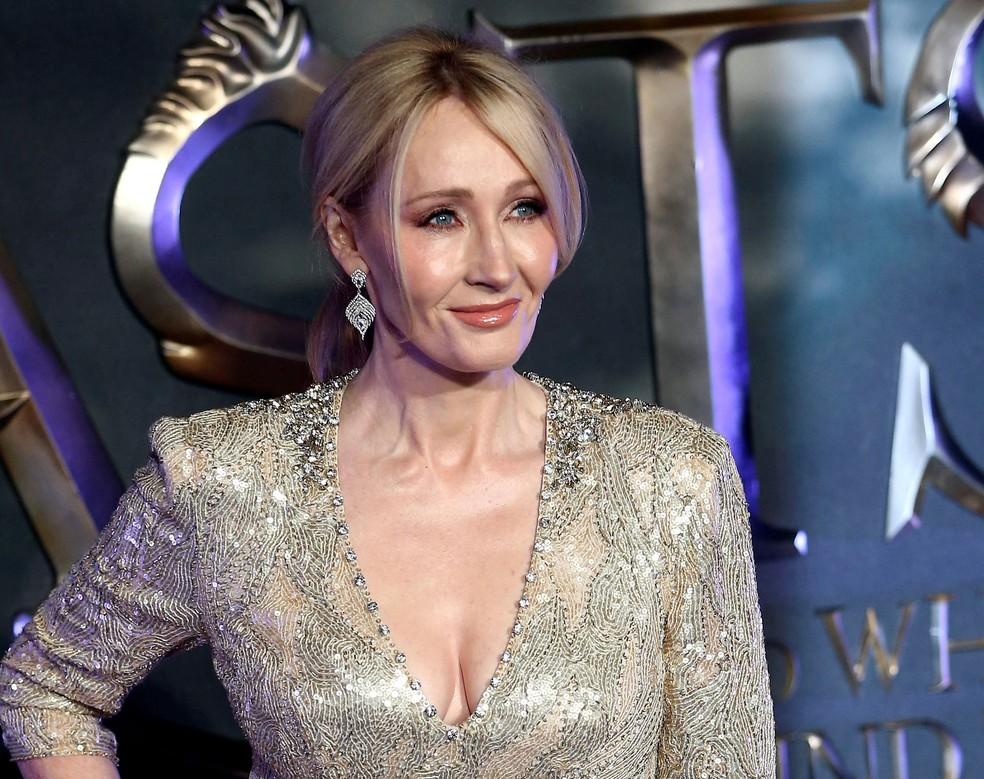 Foto de 15 de novembro mostra escritora J.K. Rowling ao chegar para a avant-première de filme em Londres, na Inglaterra — Foto: Neil Hall/ Reuters