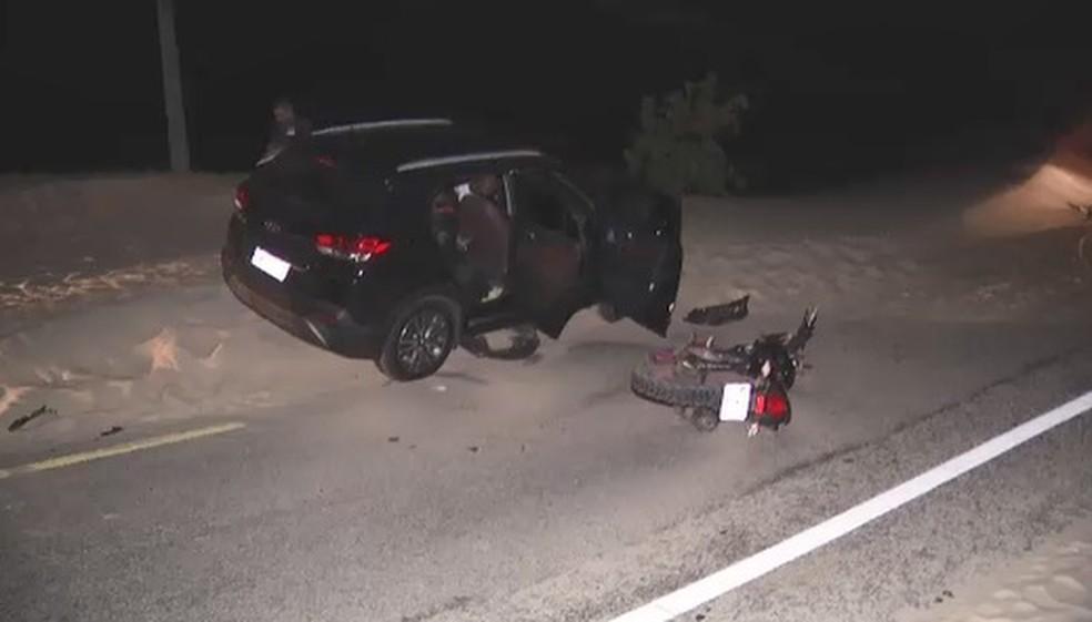 Kitesurfista trafegava na motocicleta em uma via em Caucaia e após colidir em carro de passeio foi socorrido, mas faleceu. — Foto: Reprodução/TV Diário