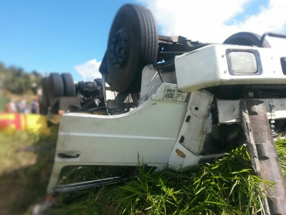 Tombamento ocorreu no sentido Recife da rodovia BR-101 (Foto: Polícia Rodoviária Federal/Divulgação)