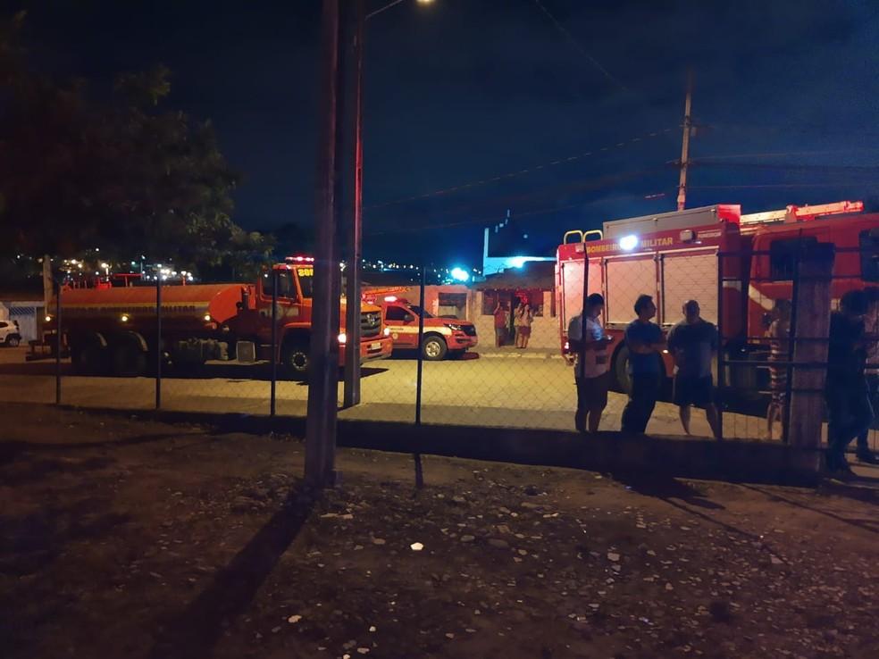 Para a ocorrência foram deslocadas três viaturas de combate à incêndio e uma viatura de busca e salvamento — Foto: Corpo de Bombeiros/Divulgação
